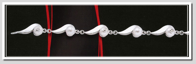 Daring Diamonds Pearl Collection: Pearl Diamond Bracelet Silver 7.5in